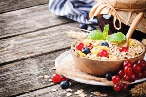 Miska z musli i jagodami czarna porzeczka i mięta na stole