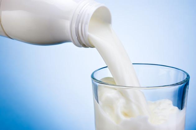 Szklanka mleka w butelce lub mleka w woreczku